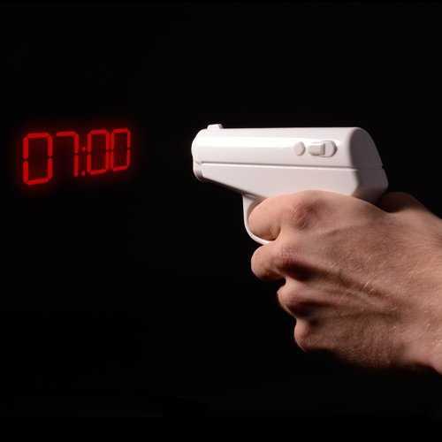 Pistola despertador que proyecta la hora al pur el gatillo